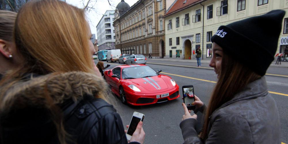 Super avtomobili pobirajo nakljuène potnike na LPP postajah 23.januarja 2014